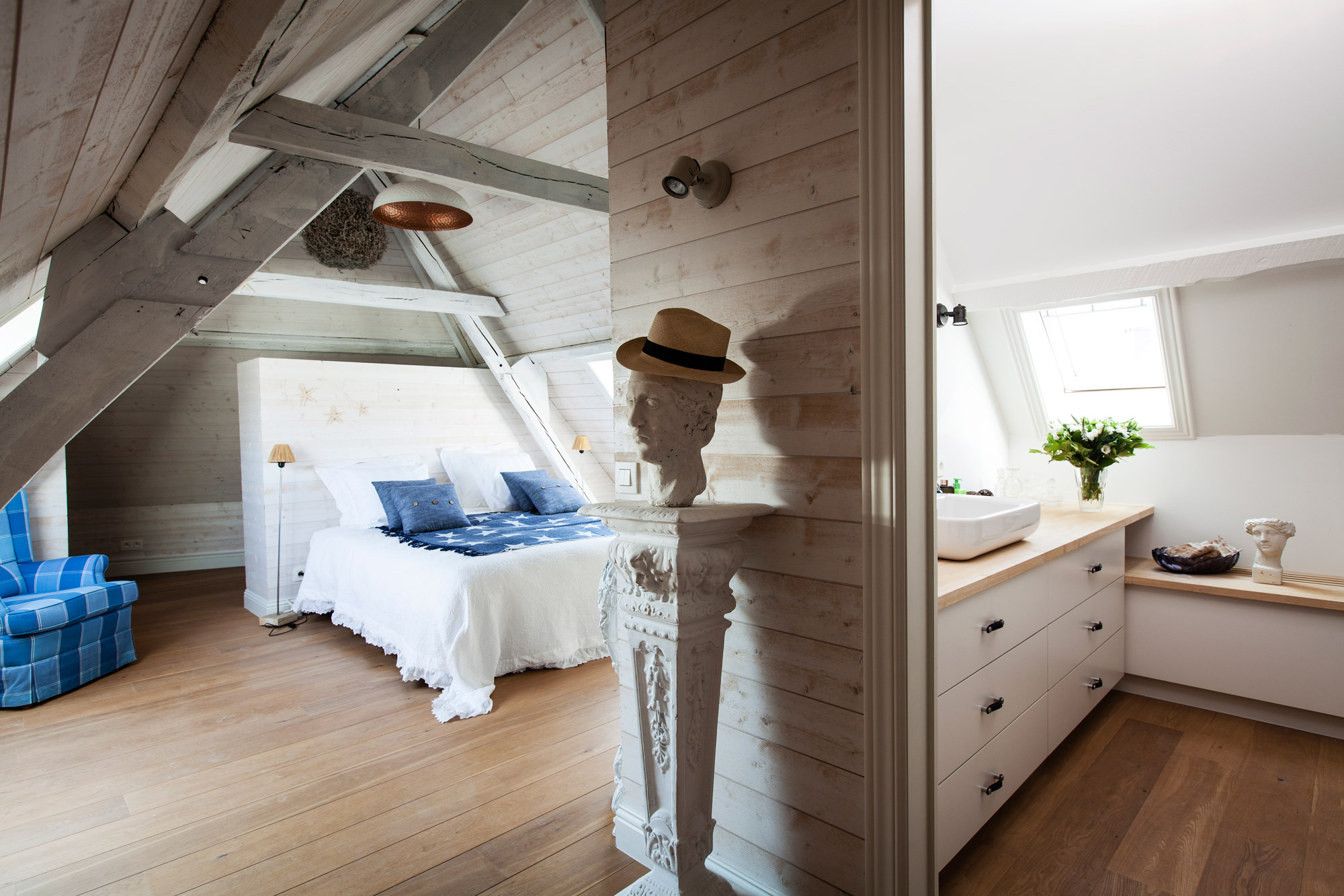 A perfect romantic stay in the historic centre of Bruges at bed and breakfast Maison Amodio. This is the room Knokke-le-Zoute.