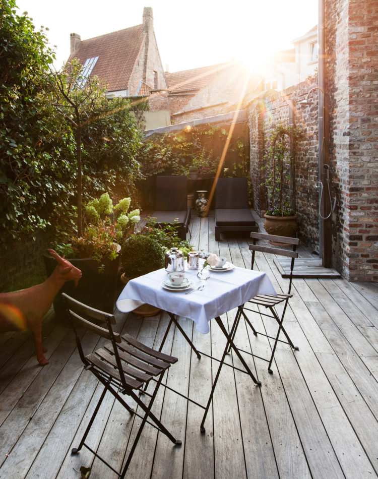 Breakfast at the cosy terrace of B&B Maison Amodio in Bruges.