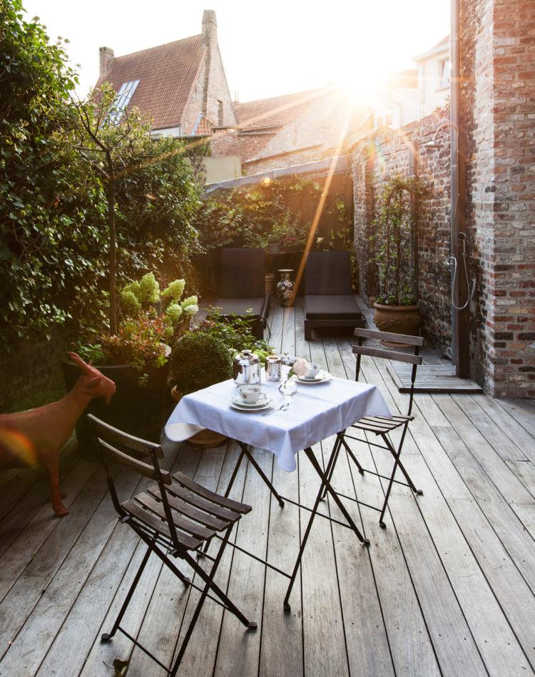 Het ontbijt op het gezellige terras van B&B Maison Amodio in Brugge.